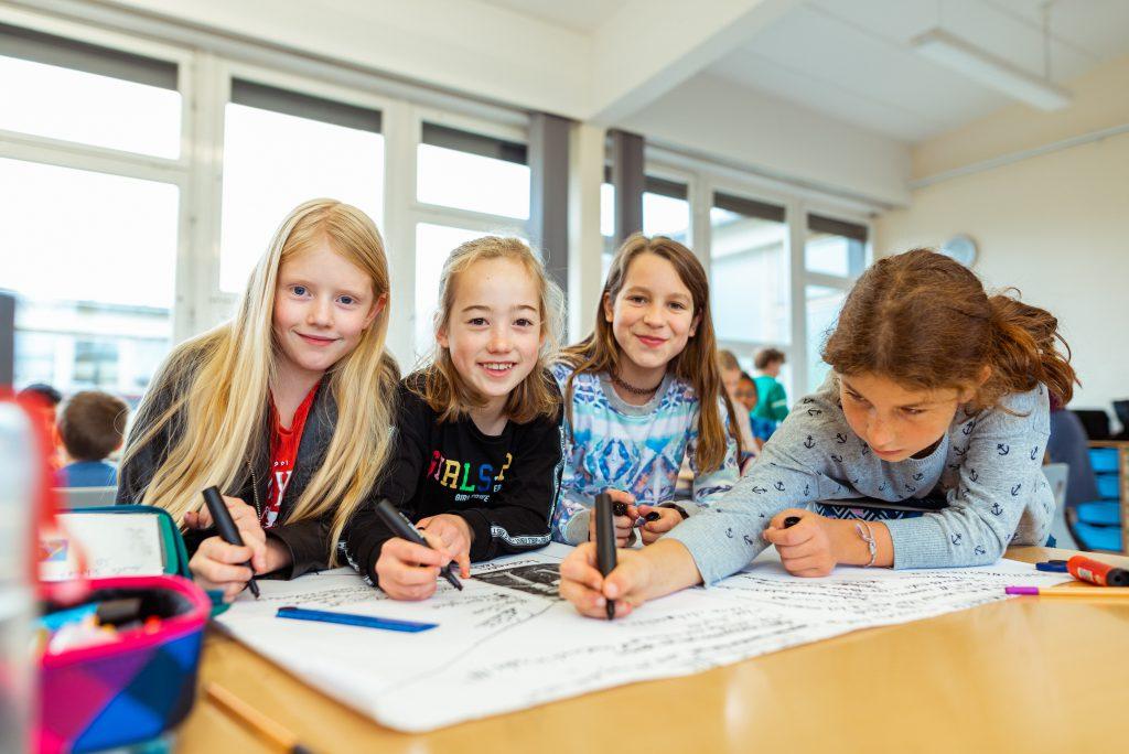 Schüler*innen beim Lernen in der Gruppe  Herzlich Willkommen - Gymnasium  (LEO)