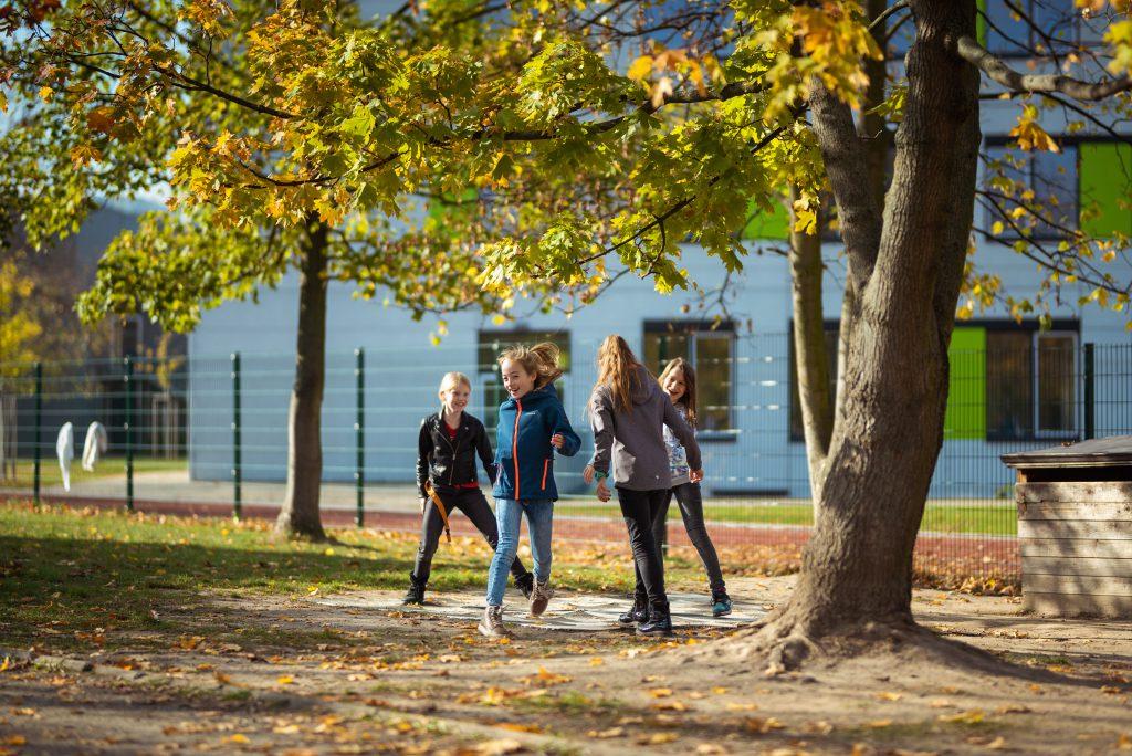 Bewegungsfreundliche Schule –Kinder spielen auf Schulhof