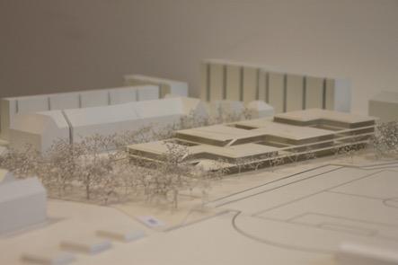 Auf dem Foto ist ein Model des Schulneubaus zu sehen. Dieser wurde von den Architekten Isfort+Isfort aus Dresden erstellt.